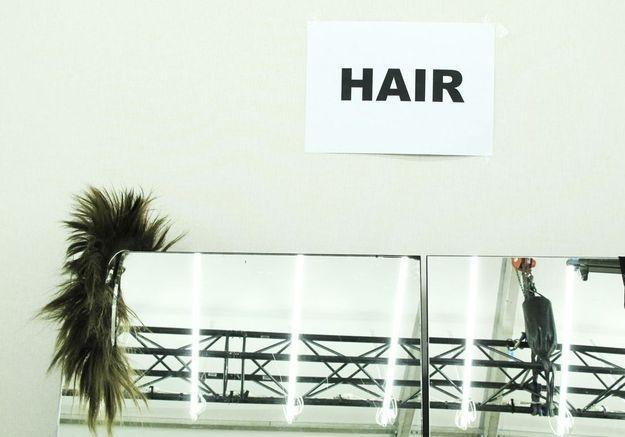 """Un serre-tête attend son mannequin au poste """"Hair"""" du backstage"""
