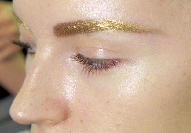 Ligne de sourcils dorée chez Dior