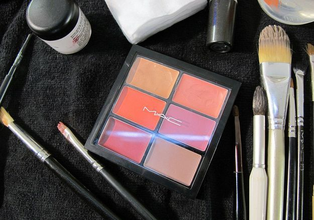 Maquillage est signé par M.A.C chez Maison Rabih Kayrouz