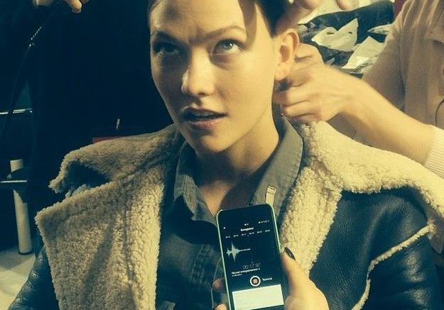 Le top Karlie Kloss en backstage du défilé Barbara Bui