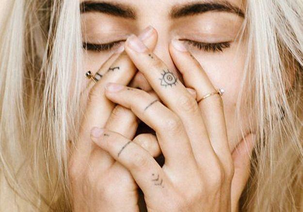 Des tatouages jusqu'au bout des doigts