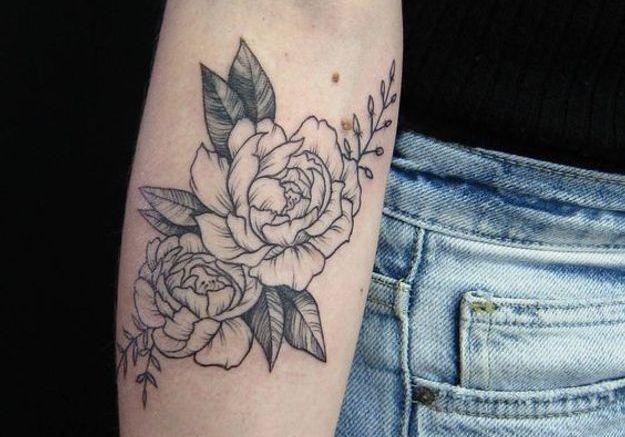 Le tatouage pivoine en noir