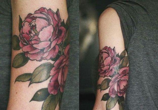 Tatouage pivoine sur le triceps