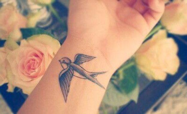 tatouage poignet hirondelle tatouage 40 jolies id es pour nos poignets elle. Black Bedroom Furniture Sets. Home Design Ideas