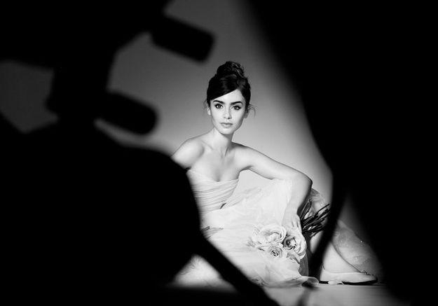 Lily Collins chausse ses ballerines pour Lancôme