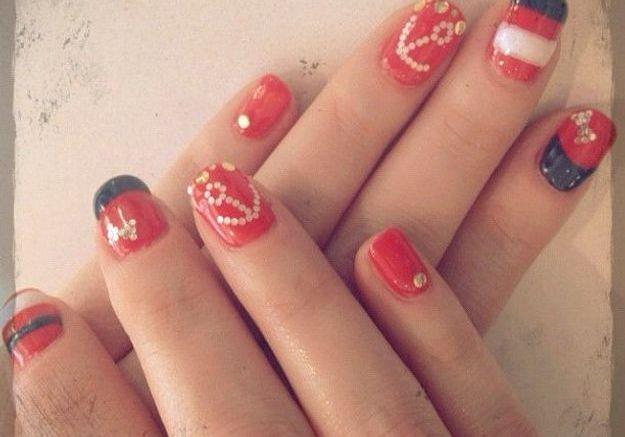 Le nail art marin de Zooey Deschanel