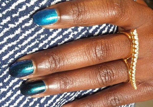 Le vernis bleu métal de Lupita Nyong'o