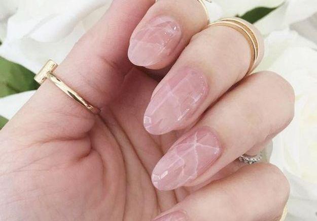 Manucure marbrée rose et blanche