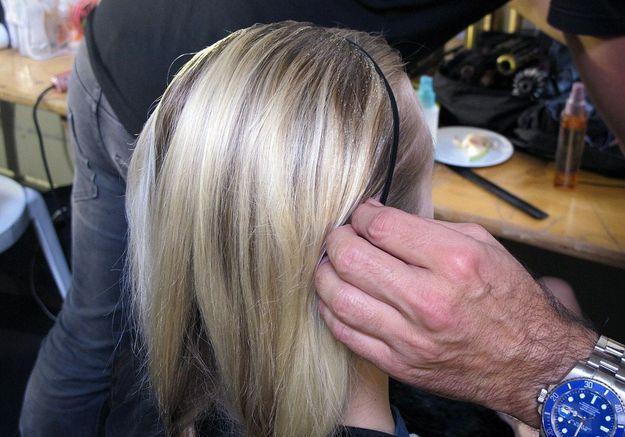 10-Vaporiser un peu de laque Elnett de L'Oréal Paris sur le sommet du crâne pour que les cheveux soient bien lisses et bien tirés en arrière