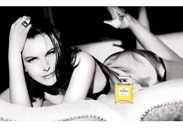 Chanel N°5 incarné par l'actrice Carole Bouquet, en 1997, photographiée par Dominique Issermann