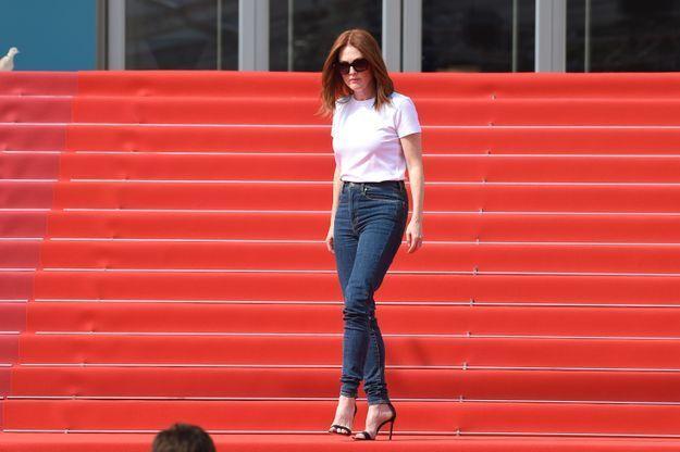 L'occasion pour Julianne Moore de tester le tapis rouge avant la grande montée des marches