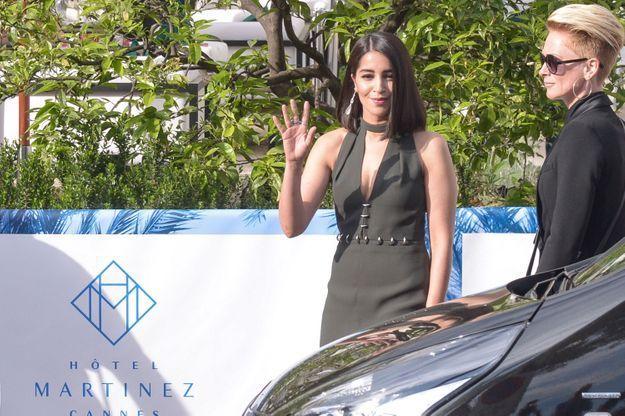 Leïla Bekhti, habillée par la maison Chloé, salue les photographes avant de partir à la cérémonie d'ouverture