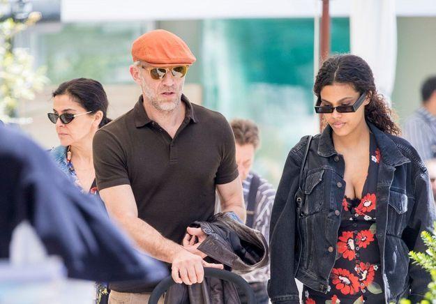 Vincent Cassel et Tina Kunakey plus amoureux que jamais en promenade avec leur bébé à Cannes