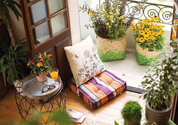 Pensez aux paniers version pots de fleurs pour un petit balcon à l'aménagement mobile