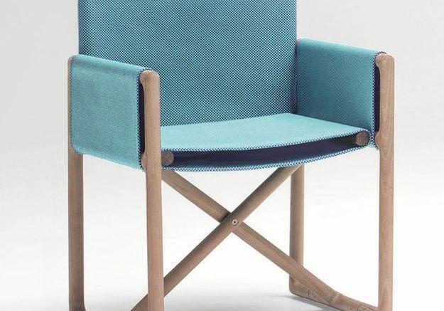 Un fauteuil bleu pliant