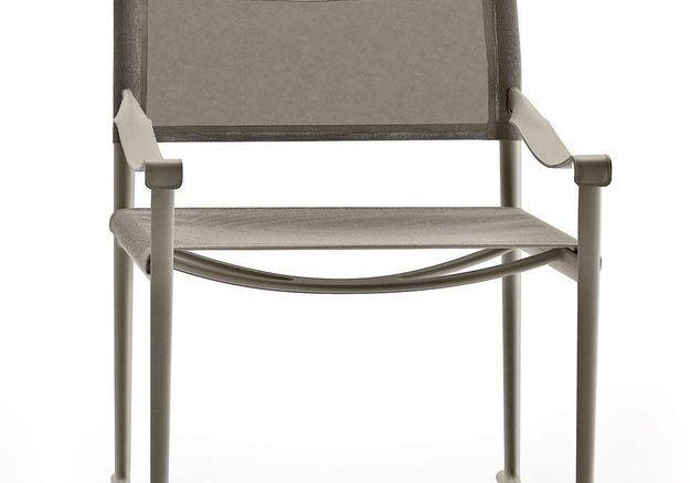 Un fauteuil gris pliant