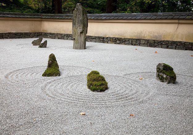 La pierre au cœur du jardin zen