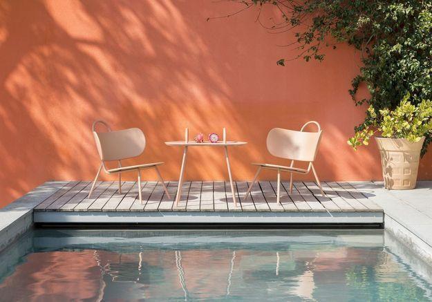 Une terrasse avec piscine boostée par un mur coloré