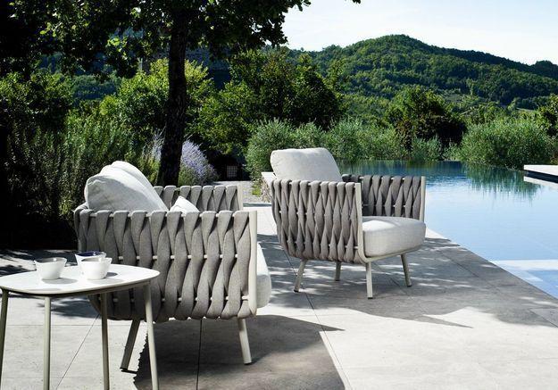 Une terrasse avec piscine dotée de mobilier design