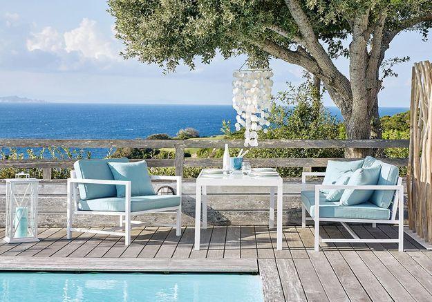 Une terrasse avec piscine qui parie sur le blanc