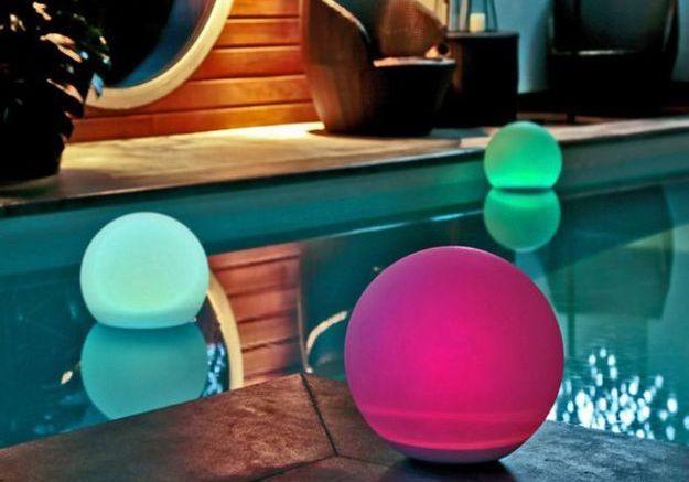Eclairer sa piscine avec des lampes flottantes