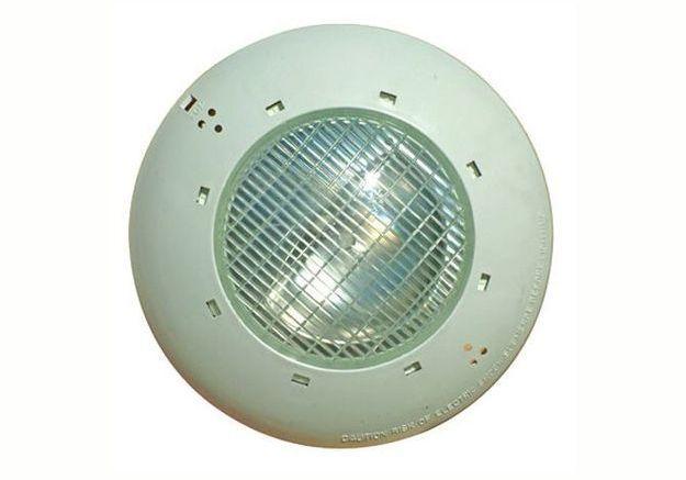 Eclairer sa piscine avec un projecteur halogène