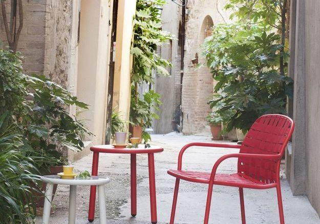 Un salon de jardin rouge
