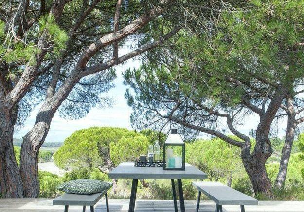 Une table de jardin effet béton