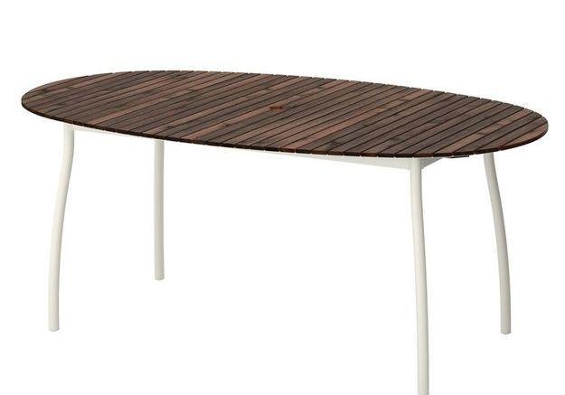 Une table de jardin en eucalyptus