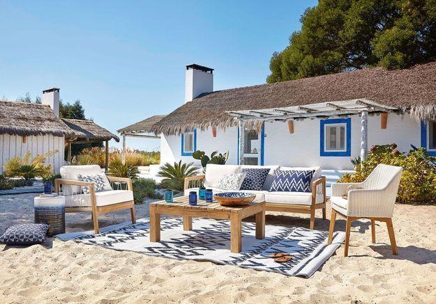 Une terrasse zen grâce au duo bleu et blanc