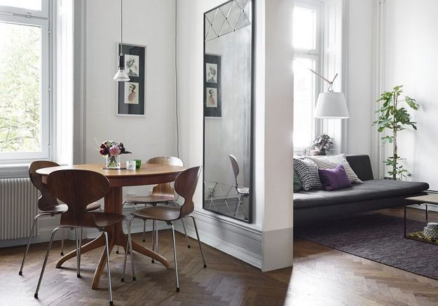 Des chaises Fourmi en bois dans une salle à manger qui l'est tout autant