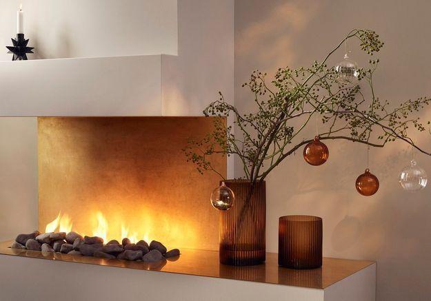 L'idée qu'on pique à la collection Noël H&M Home : suspendre des boules de Noël à des branches réunies dans un vase