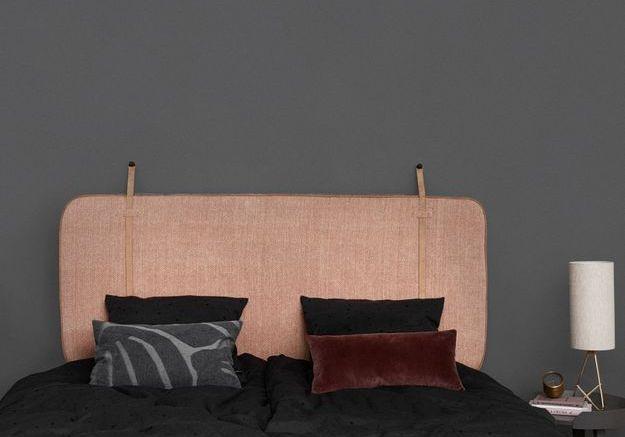 On adopte la décoration corail avec une tête de lit dans la chambre