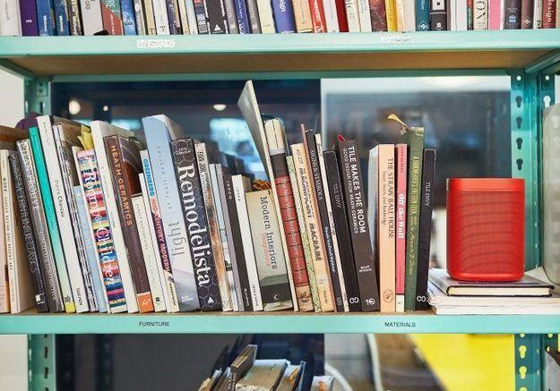 """Enceinte """"Sonos One"""" de Sonos x Hay en rouge dans la bibliothéque"""
