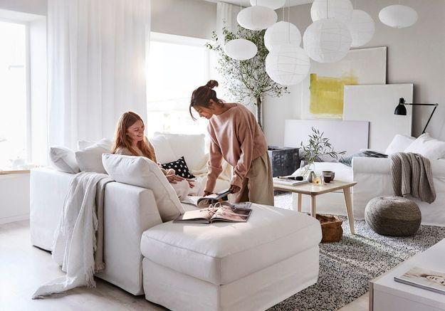 Un salon zen entièrement blanc