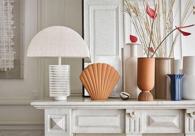 Meubles, vases, coussins… le coquillage est partout dans la déco