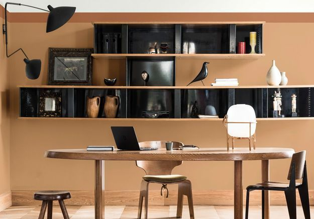 Un bureau miel ambré et chocolat