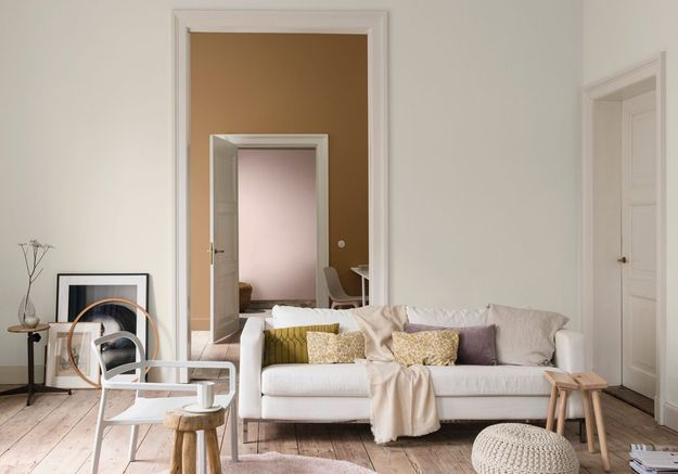 Un salon miel ambré, bouton de rose et galet