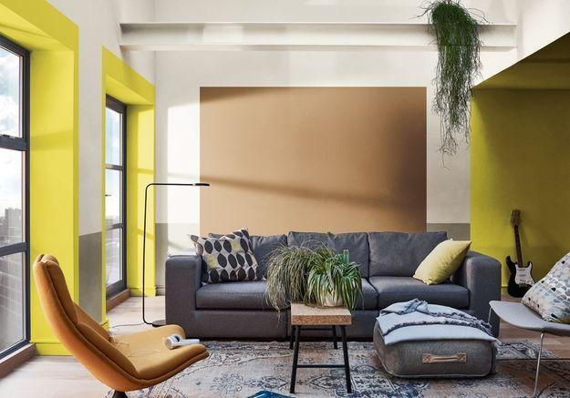 Un salon miel ambré, vert pomme et blanc pur