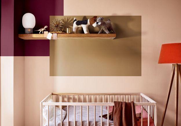 Une chambre de bébé rouge de bordeaux, miel ambré et nude