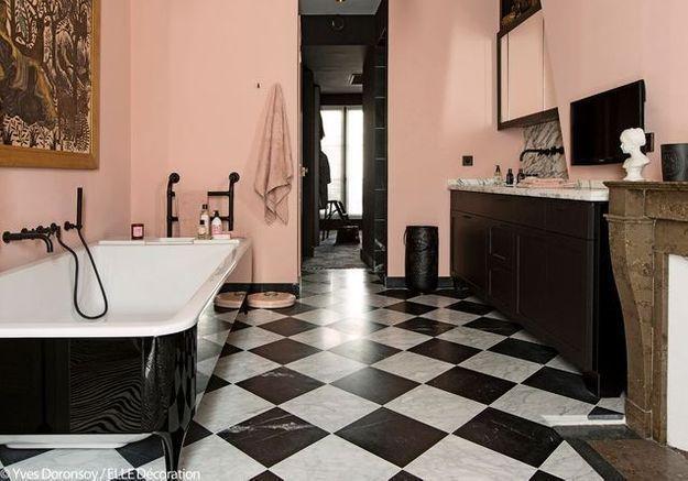 Une salle de bains graphique et féminine
