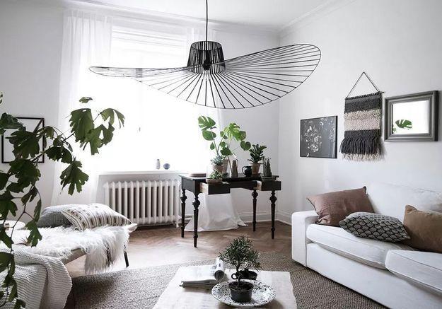 La suspension Vertigo noire dans un salon bas de plafond