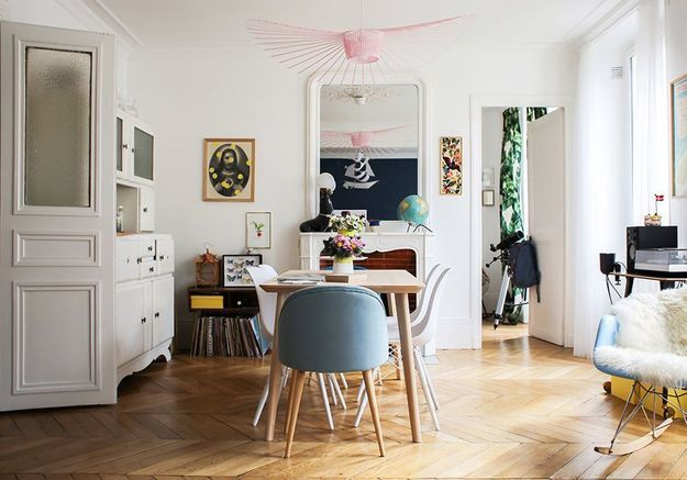 La suspension Vertigo rose dans une salle à manger vintage