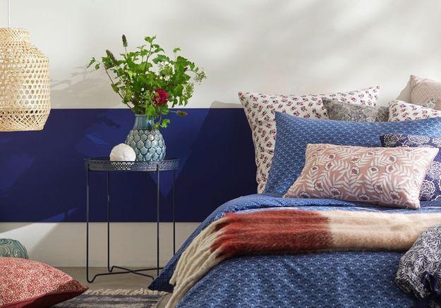 Une frise murale bleu marine