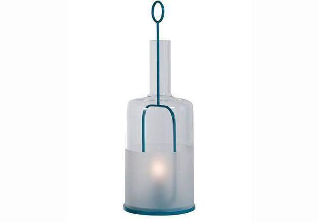 Une lampe en forme de bouteille