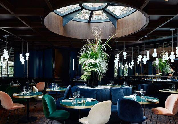 Un restaurant d'hôtel aux multiples bleus pour un effet cosy