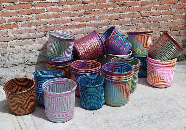 Des paniers plastique colorés fabriqués à la main