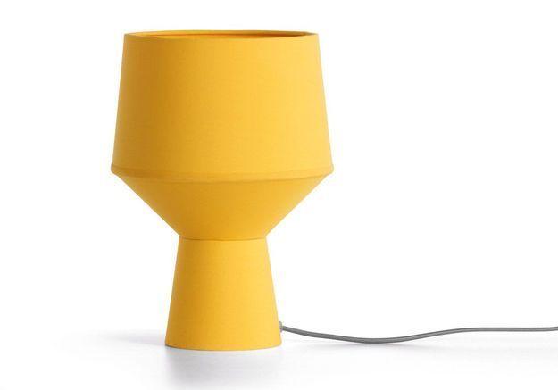 Une lampe de bureau jaune