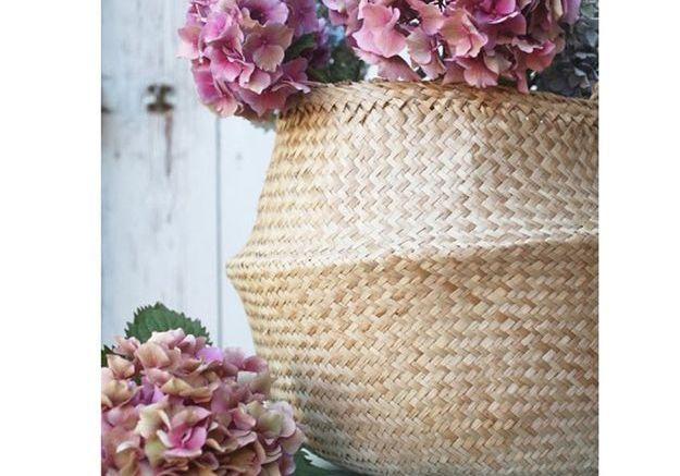 Un panier pour accueillir un bouquet de fleurs