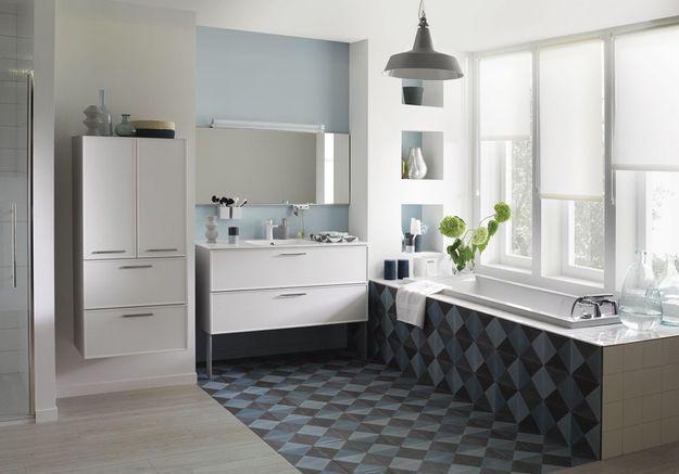 Une salle de bains grise boostée par un carrelage graphique